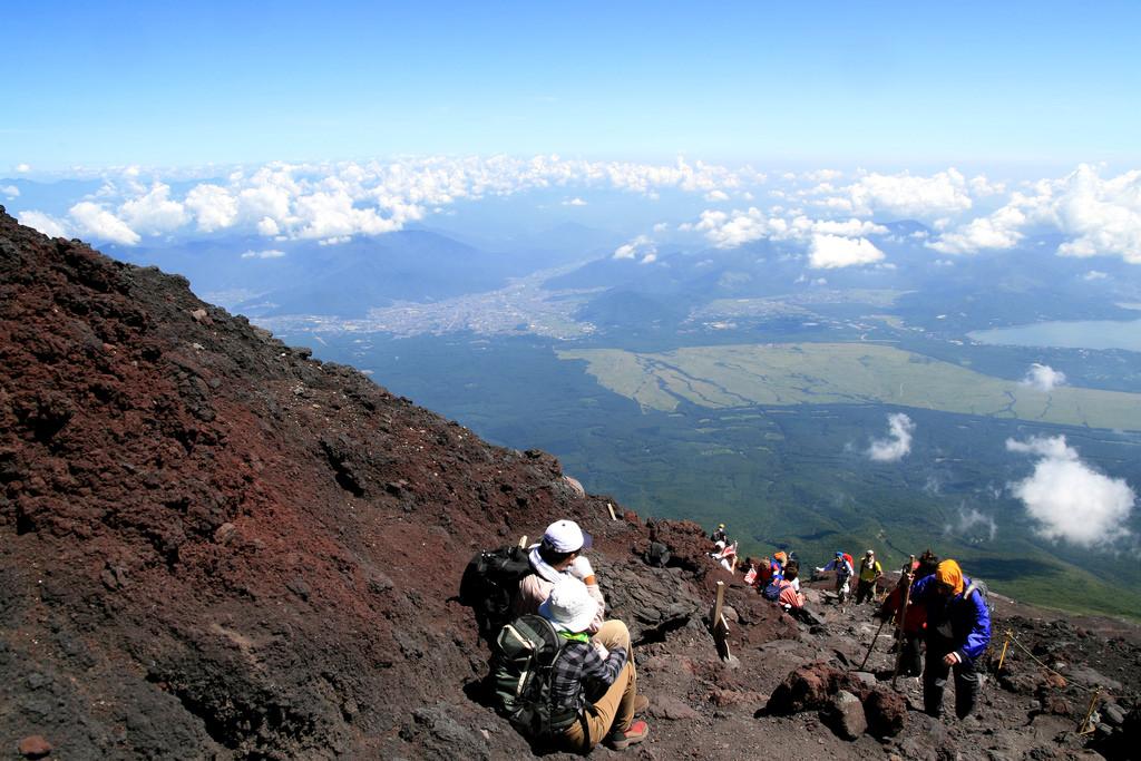 Der Austieg auf den Mount Fuji führt durch Lavalandschaft.